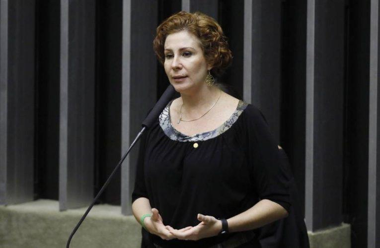 Deputada Carla Zambelli, aliada de Bolsonaro, antecipou que haveria operações da PF contra governos estaduais