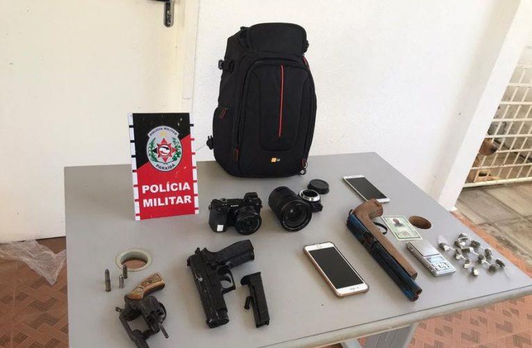 Homem é rastreado por celular de fotógrafo assaltado e PM prende suspeito com armas e objetos da vítima