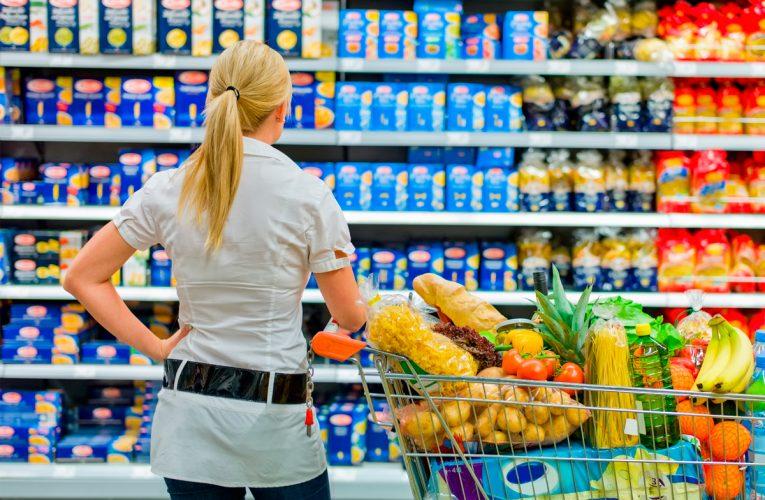 Setor de serviços cai 61% desde o início da pandemia; supermercados sobem 16%