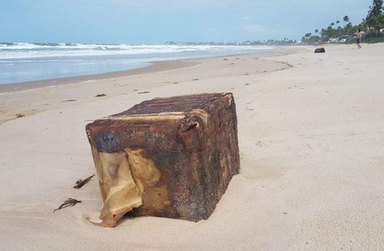 Caixas misteriosas voltam a aparecer em praias de Ipojuca, no litoral do Nordeste
